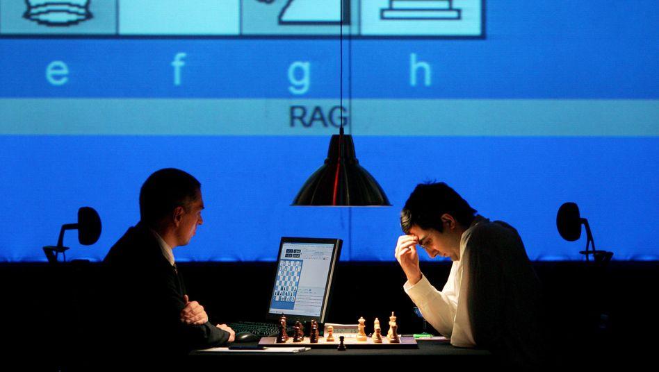 """Wladimir Kramnik spielt gegen den Schach-Computer """"Deep Fritz"""" im Jahr 2006"""