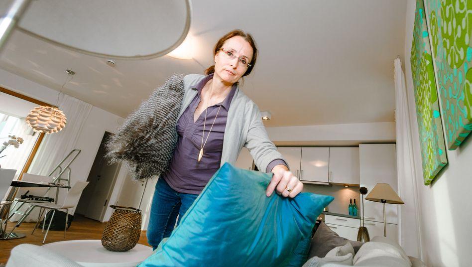 Kissen in frischen Farben lassen einen Raum freundlicher wirken: Home-Stager wie Madeleine von Beckerath haben den Blick für die passenden Accessoires