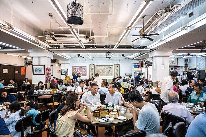 """Bessere Zeiten: Eng beieinander und offen zueinander: Das """"Lin Heung Tea House"""" im Jahr 2018, als China Hongkong noch nicht unterdrückt hatte"""