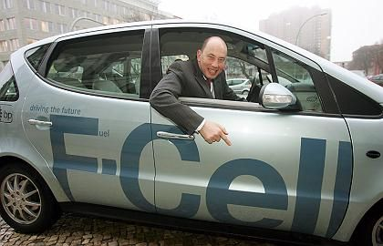 Mann in Mission: Deutschlands Verkehrsminister Wolfgang Tiefensee in einem Wasserstoffzellenauto
