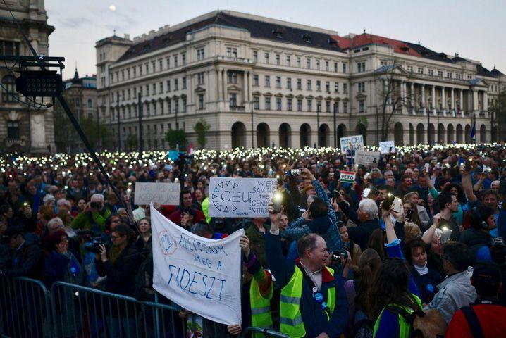Die Proteste gegen die von George Soros gegründete Elite-Uni in Budapest im April 2017 weiteten sich zu Massenprotesten gegen die rechtsnationale Regierung unter Viktor Orban aus