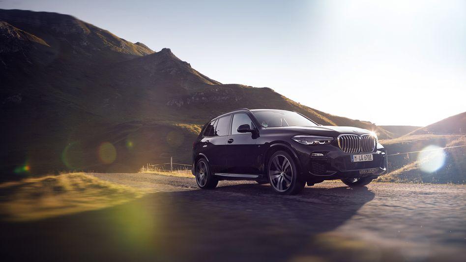 BMWs Luxus-SUV X5 xDrive 45e mit Plugin-Hybridantrieb glänzt im Test mit exzellenten Assistenzsystemen und ordentlicher E-Reichweite, patzt aber ausgerechnet an der Ladesäule.