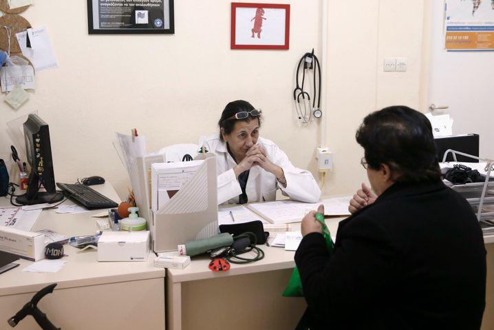 Viele Patienten in Griechenland können sich mittlerweile keine Krankenversicherung mehr leisten. Sie sind auf staatliche Hilfe und Medikamenten-Spenden angewiesen