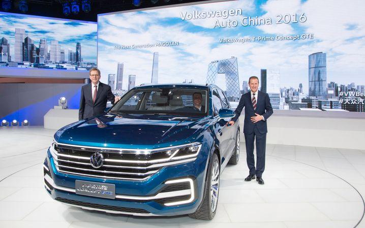 VW-Chinachef Jochem Heizmann (links) und VW-Markenchef Herbert Diess (rechts) stellten in China Peking die SUV-Studie T-Prime Concept GTE vor