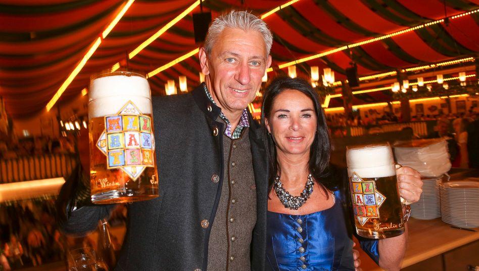 """Sieben Millionen investiert: Siegfried Able mit Ehefrau Sabine in ihrem """"Marstall""""-Zelt"""