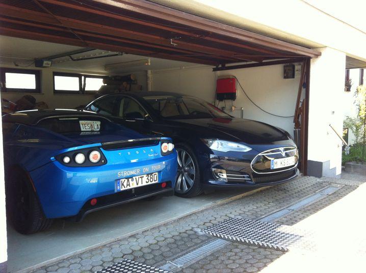 Endlich Strom: Das Model S lädt in Karlsruhe neben seinem Vorgängermodell, dem Roadster von Freiherr Hansjörg Eberhard von Gemmingen-Hornberg
