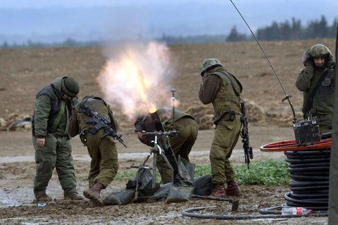 Bereit zum Angriff: Israelische Soldaten sind entlang der Sperrzone um den Gazastreifen aufmarschiert