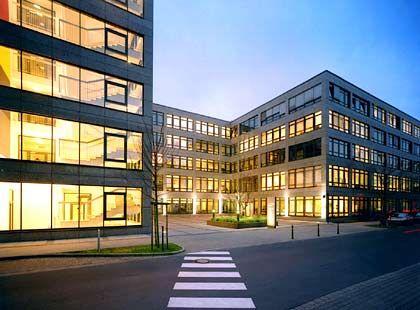 Transparenz als Architekturmaßstab: Besucher können den Metro-Angestellten in der Düsseldorfer Zentrale auf den Schreibtisch schauen.