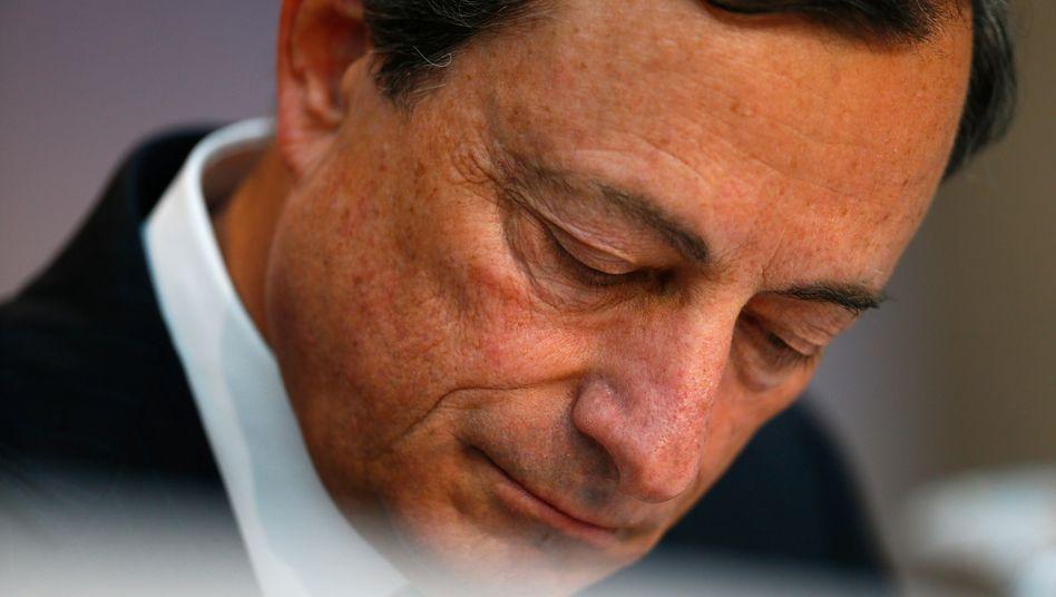 Unter Druck: EZB-Chef Mario Draghi gelingt es auch mit einer Flut billigen Geldes nicht, die Inflation anzuschieben. Volkswirte verlangen bereits Anleihekäufe - und Börsianer wetten auf noch mehr billiges Geld