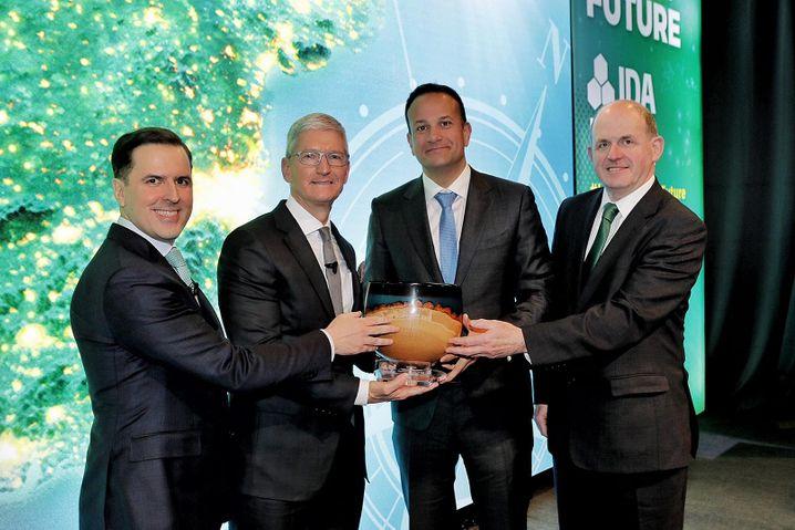 Ausgezeichnete Verbindung: Apple-Chef Tim Cook (2. v. l.) und Irlands Premier Leo Varadkar (2. v. r.) bei der Feier ihrer Partnerschaft in Dublin.