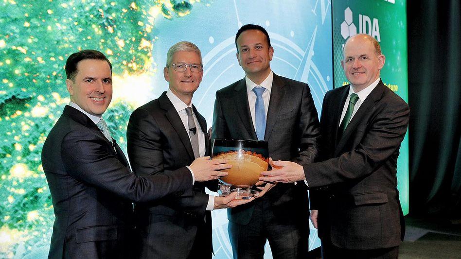 Ausgezeichnete Verbindung: Apple-Chef Tim Cook (2. v. l.) und Irlands Premier Leo Varadkar (2. v. r.) gemeinsam mit Vertretern der irischen Behörde für Auslandsinvestments bei der Feier ihrer Steuervermeidungs-Partnerschaft in Dublin. Kaum ein Land hat so stark von der EU profitiert wie Irland - auch dank Steuerdumping