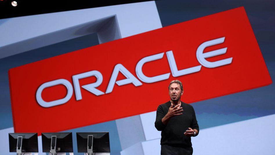 Gerade außer Dienst und dann das: Oracle-Chef Larry Ellison hatte zum Herbst vergangenen Jahres sein Amt aufgegeben und muss nun einen drastischen Gewinnrückgang für das vierte Geschäftsquartal (Ende Mai) zur Kenntnis nehmen