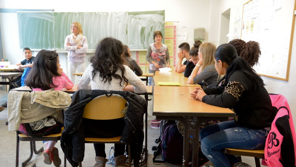 Deutsch lernen mit Kriegsbildern im Kopf: 19 Jungen und Mädchen im Alter von 10 bis 16 Jahren müssen an der Peter-Ustinov-Schule in Hannover innerhalb eines Jahres so gut Deutsch lernen, dass sie dem Unterricht in einer Regelklasse folgen können