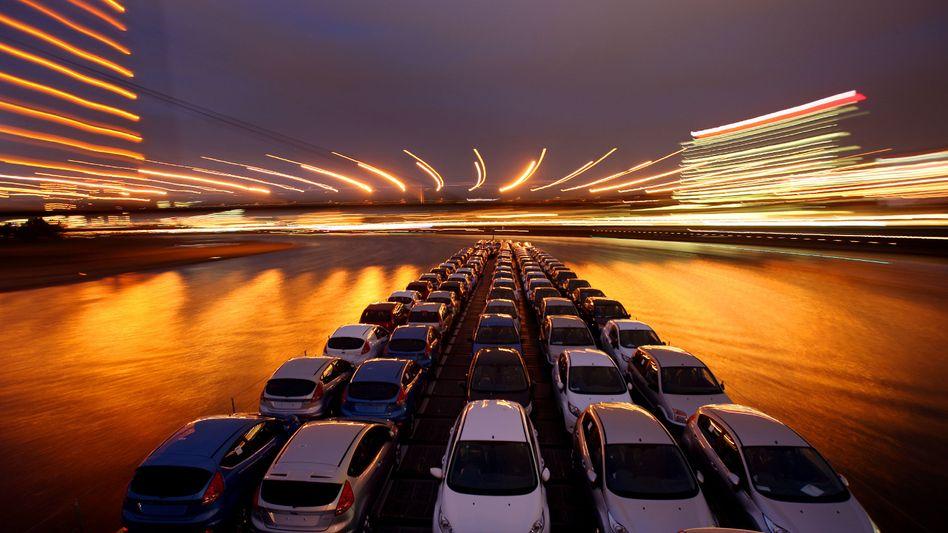 Neuwagen auf dem Weg zum Kunden: Mit dem Verkauf über das Internet tun sich die Händler allerdings noch ziemlich schwer
