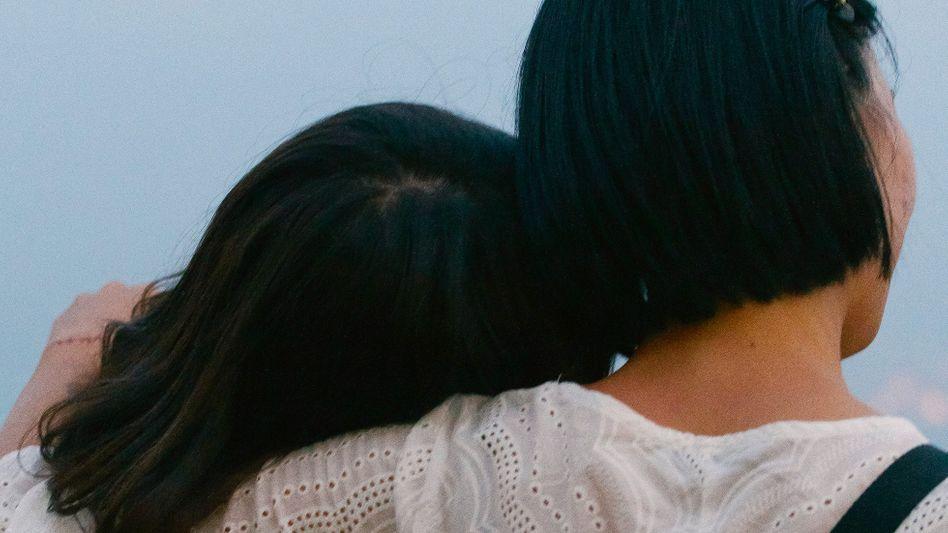 In ihrer Fotoserie Freundschaft hinterfragen Tobias Kruse und Jörg Brüggemann, was menschliche Verbindungen auszeichnet, die weder familiär noch romantisch sind. Die beiden Fotografen, die selbst miteinander befreundet sind, machten die Bilder auf einer gemeinsamen Reise nach Malaysia.