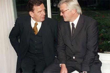 Wasserträger: Steinmeier, promovierter Jurist, hat nahezu sein gesamtes Berufsleben im Gefolge von Gerhard Schröder verbracht, erst als Referent und Büroleiter in Hannover, dann als Staatssekretär und Leiter des Kanzleramts.