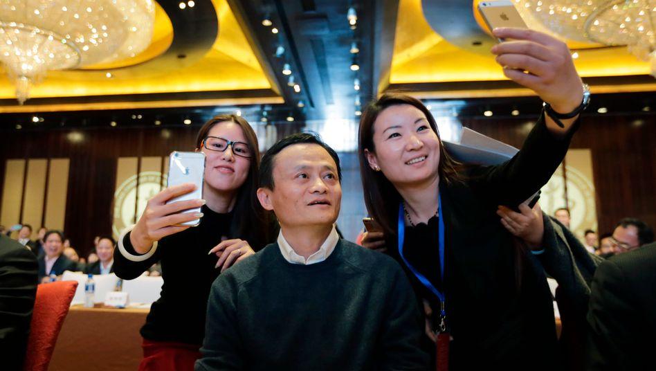 """In China ein Star: Ein """"Selfie"""" mit Jack Ma hatte für manche Delegierte in Davos Priorität"""