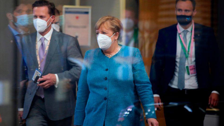 Bundeskanzlerin Angela Merkel verlässt das Gipfeltreffen in der Nacht zu Freitag
