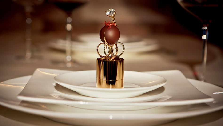 Extravagante Verpackung: Die Praline sitzt auf einer Kreation aus 18-karätigem Gold