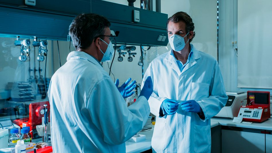 Neustart in Monheim: In den Laborräumen seines Start-ups Resolve Biosciences bespricht sich Aufsichtsratschef Peer Schatz mit einem Mitarbeiter. Masken, Kittel und Handschuhe haben ausnahmsweise nichts mit Corona zu tun.