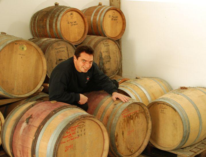 Freude zwischen Fässern: Johannes Haas brennt in Pretzfeld. Sein Whisky lagert in einem eigens in den Lehmboden geschlagen Lagerkeller 10 Jahre in medium getoasteter Limousineiche.