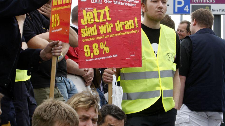 """Demonstration von Lufthansa-Bodenpersonal (Archivfoto): """"Die Piloten sollten in die Schlichtung einwilligen und darauf verzichten, ihre Interessen ohne Rücksicht auf Verluste durchzusetzen"""""""