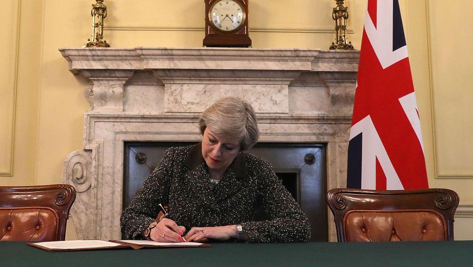 Premierministerin Theresa May hat am Dienstag die EU-Austrittserklärung unterzeichnet, die das Land am heutigen Mittwoch in Brüssel einreicht