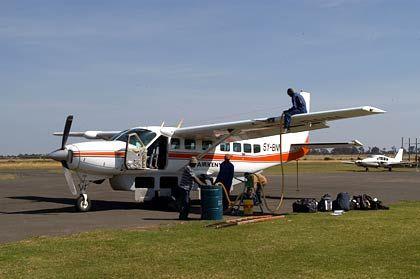 Die Cessna Caravan wird in Nanuyki für den Weiterflug zur Lewa Lodge aufgetankt