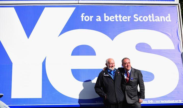 Muss die Wirtschafts- und Außenpolitik aktiv gestalten: Schottlands Regierungschef Alex Salmond (rechts, mit einem Fan des Fußballclubs Dundee United)