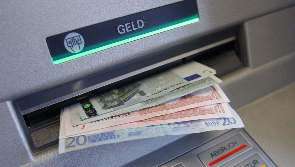 Geldautomat: Zumindest die Privatbanken haben die Gebühr für Fremdkunden auf 1,95 Euro gedeckelt