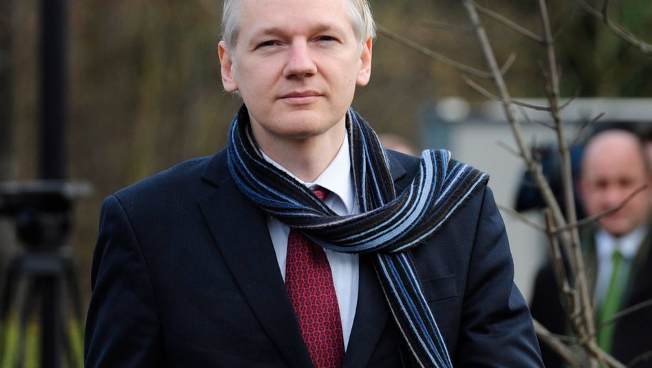 Julian Assange beim Verlassen des Gerichts: Sein Anwalt glaubt an eine Freilassung in Schweden