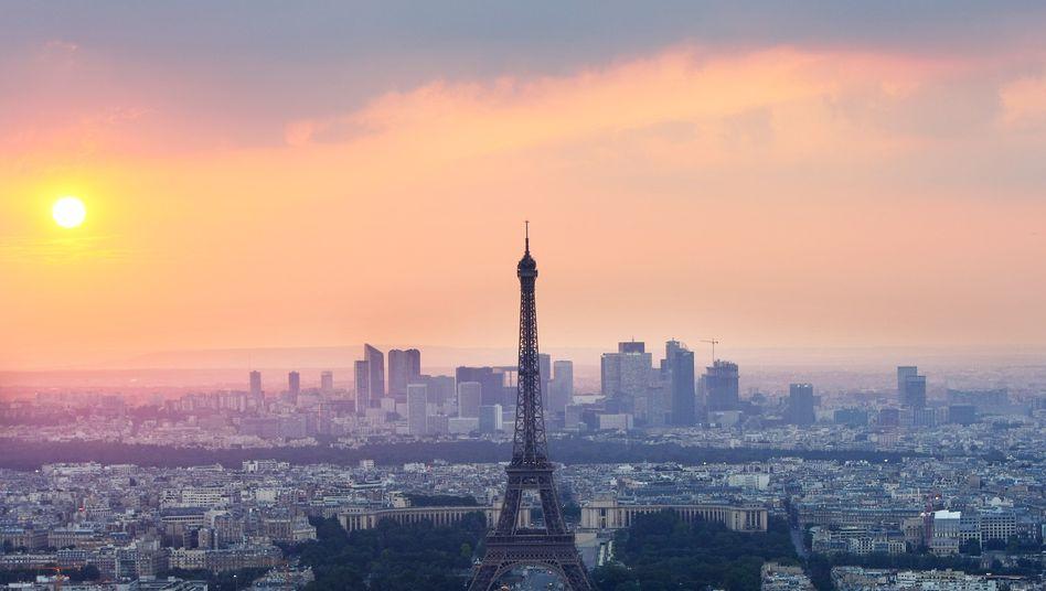 """Skyline von Paris: Frankreichs Bonität fällt von """"AA+"""" auf """"AA"""""""