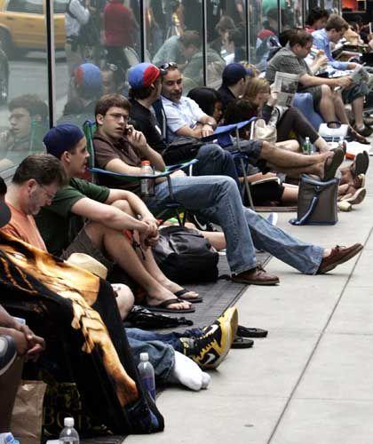 Stundenlanges Warten: Der iPhone-Verkaufsstart in New York bot einer Stiftung eine Plattform für virales Marketing