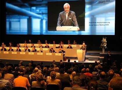 Macht es kurz: Aufsichtsratschef Breuer dankt Ex-Vorstandschef Werner Seifert für seine Verdienste. Seifert selbst blieb der Hauptversammlung fern