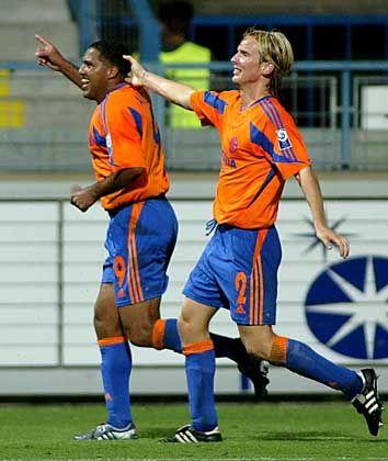 Schalke 04, Platz 17 (14) mit 104,2 Millionen Euro Einnahmen: Goncalves Da Silva Ailton (l.) und Christian Poulsen (r.) im Freudentaumel