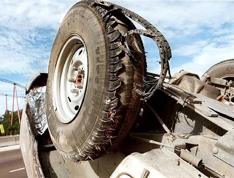 Die Reste eines Ford Explorer und eines Firestone-Reifen