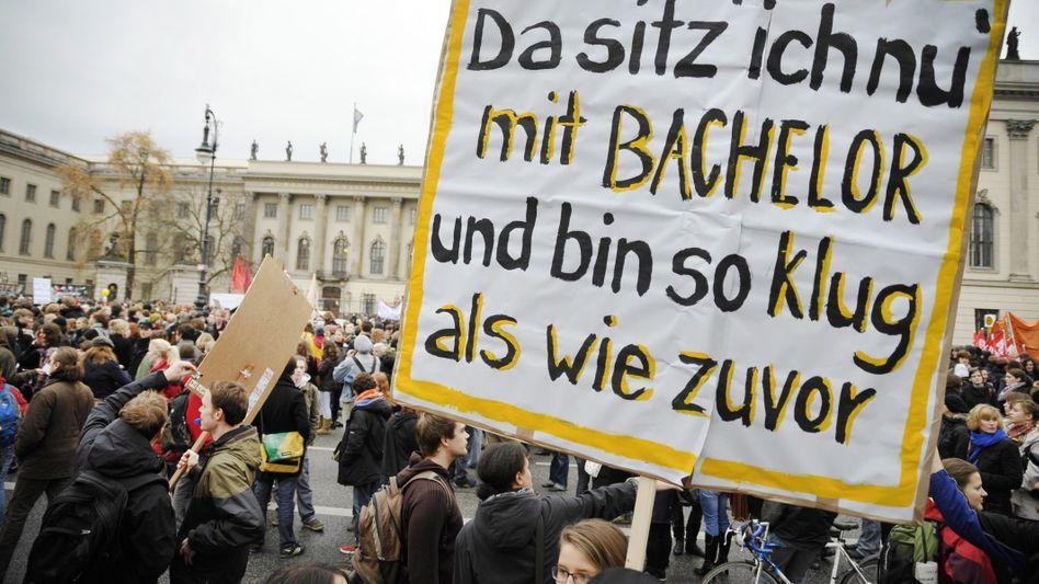 Studenten-Demo in Berlin: Universitätspräsidenten beklatschen die Reform, müssen aber in manchen Studiengängen mehr als 1000 Klagen vor Gericht wegen Nichtzulassung zum Master-Studium bearbeiten.