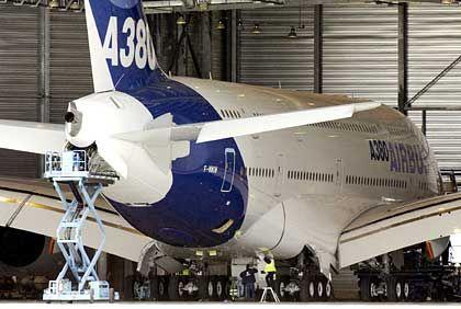 Untersuchung des Prototyps durch Techniker: A380 im Hangar in Toulouse