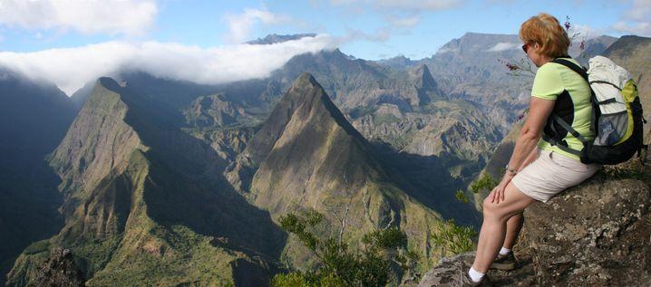 Durch den relativ trockenen Cirque de Mafate auf La Réunion führen mehrtägige Trekkingtouren
