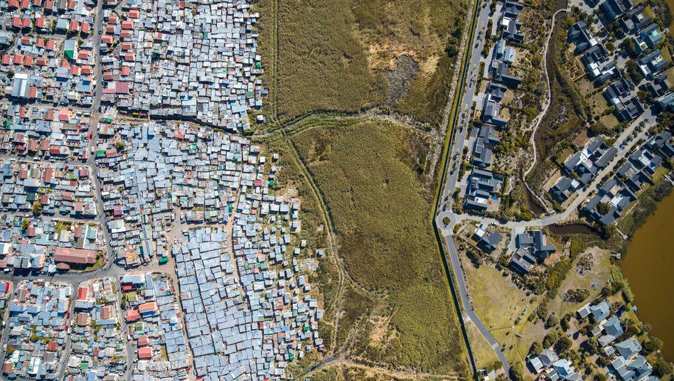 """In seiner Serie """"Unequal Scenes"""" dokumentiert der US-Fotograf Johnny Miller soziale Unterschiede mit Luftaufnahmen aus Kapstadt."""