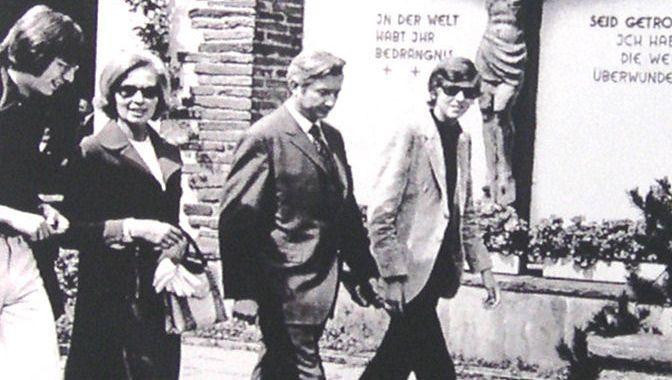 Familie Albrecht beim Kirchgang (1971)