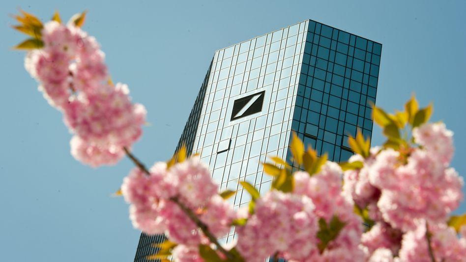 Frühlingsgefühle: Macrons Erstrundensieg beflügelt die Deutsche-Bank-Aktie. Zudem meldet das Institut am Donnerstag seine Geschäftszahlen
