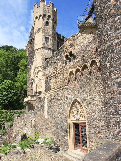 So stellt man sich eine Burg vor: Viele Türme und Zinnen schmücken die Burg Rheinstein in Trechtingshausen