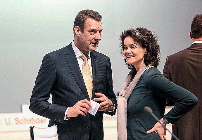 Ein Mann zum Pferdestehlen: Niek Jan van Damme rückte 2009 in den Telekom-Vorstand in Bonn auf (hier beim Plaudern mit der Kollegin Claudia Nemat)
