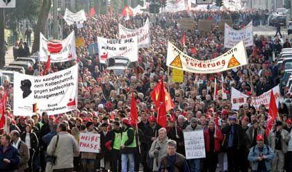 Die Straße als Protestplattform: Ohne Demonstrationen - wie hier im vergangenen Oktober von Opel-Beschäftigten in Bochum - laufen Stellenabbaumaßnahmen selten