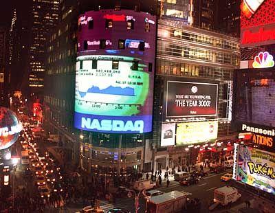 Im Zentrum New Yorks pulsiert das Leben: Leuchtreklame an der Ecke Broadway und 43. Straße