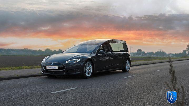 Tesla-Leichenwagen: Per Autopilot direkt ins Grab