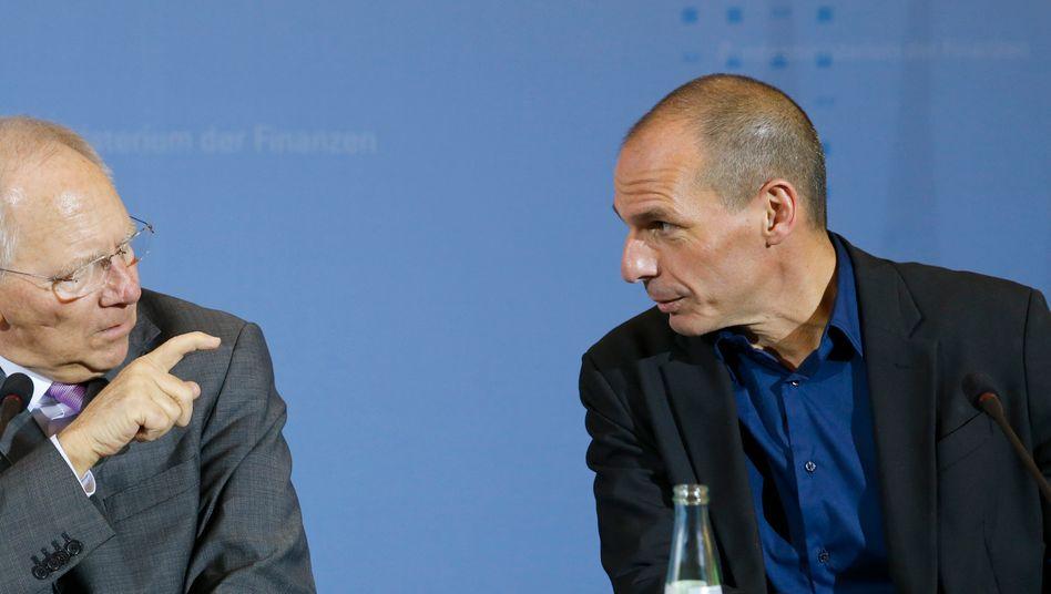 Schäuble (links), Varoufakis in Berlin: Zwei Welten trafen aufeinander - auch nach dem Treffen des Schuldenmachers und des Sparfuchses ist man sich über den Weg aus der Krise nicht einig