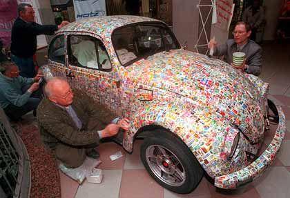 VW Käfer mit bunten Briefmarken beklebt
