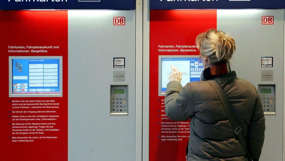 Fahrkartenautomat der Bahn: Digitaler Ticketvertrieb günstiger